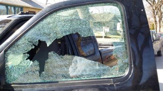 A Rouen, il brise la vitre d'une Clio et fouille la boite à gants : il pensait que c'était sa 106...