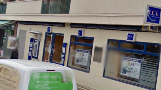 Le commerçant allait déposer sa recette à sa banque, lorsqu'il a été agressé par deux individus (Google Maps)
