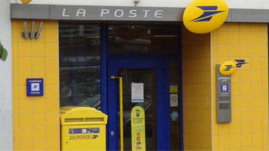 Les postiers en grève manifestent devant le siège de la Poste à Saint-Germain-en-Laye