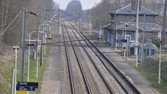 L'homme s'est allongé sur les voies en voyant le train arriver (Illustration)