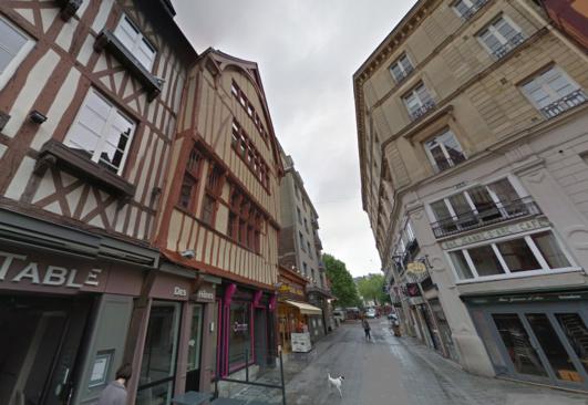 C'est dans un appartement de cet immeuble de style normand (à gauche) situé 25, place de la Pucelle que les deux jeunes gens ont été retrouvés sans vie (@Google Maps)