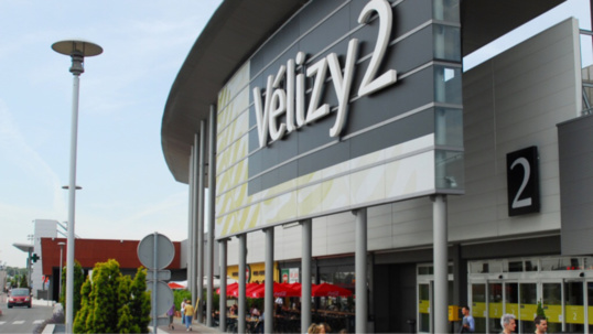 L'automobiliste trop pressé a renversé les deux agents de sécurité qui proécdaient à la réglation sur le parking de Vélizy II (Illustration)