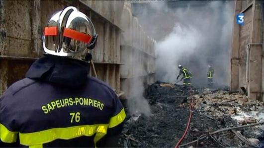 Le feu a détruit 2000 m2 d'entrepôts ( photo @France 3/Laurent Lagneau)