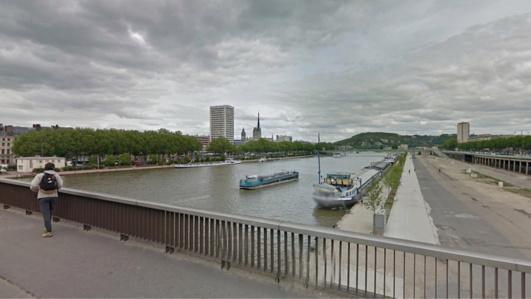 C'est un passant qui a remarqué la présence d'un corps qui flottait à la surface de la Seine, près du pont Guillaume le Conquérant (Illustration)