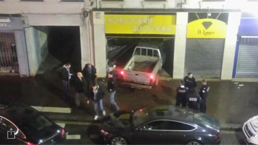 Le commando a défoncé avec un véhicule-bélier la devanture de la bijouterie Longer installée rue des Martyrs, la rue commerçante d'Elbeuf (Photo@Jennifer Roualec)