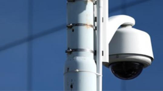 L'employé était en train d'installer un mât en vue de l'installation d'une védéo-surveillance (Illustration)
