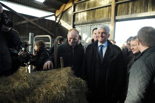 Le président de la Région Normandie a profité de la visite d'une exploitation laitière dans la Manche, ce jeudi matin, pour dévoiler une série de mesures en faveur de l'agriculture régionale (Photo@DR)