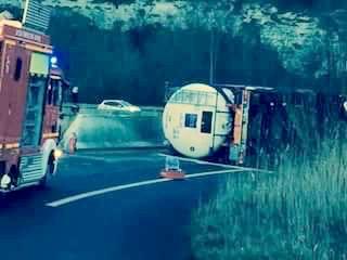 Le camion-citerne, qui ne transportait pas de matière dangereuse, s'est couché dans la bretelle (Photo d'un lecteur d'infoNormandie)