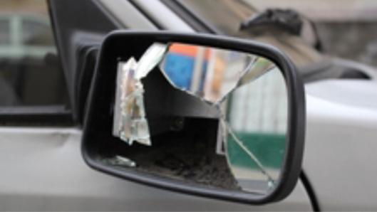 Les rétrovisuers de 17 véhicules ont été brisé par le jeune homme en état d'ivresse (Illustration)