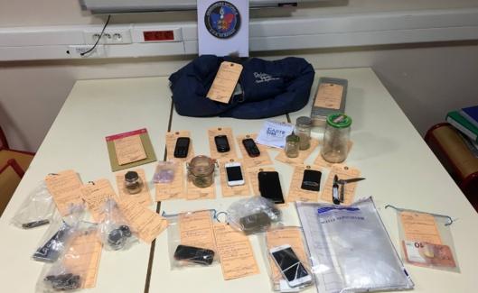 Un peu de résine de cannabis et des téléphones portables ainsi que des couteaux ont été saisis lors des perquisitions menées au domicile respectif des suspects (Illustration @Gendarmerie)