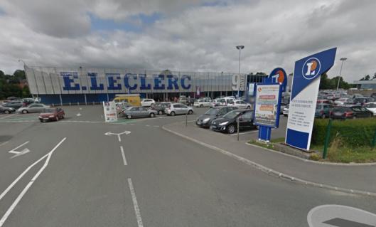 Lesq agriculteurs ont déversé de vieux pneus à l'entrée du parking de l'hypermarché Leclerc, à Neufchâtel-en-Bray (Illustration@Google maps)