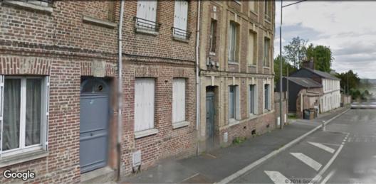 La victime a été découverte inanimée et dans une Mare de sang dans l'escalier de cet immeuble situé au 32, route de Neuchâtel où elle habitait (Illustration)