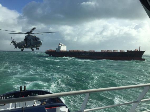 """Le Kalliopi a été assisté aujourd""""hui au large du Havre par l'Abeille Liberté et l'hélicoptère de la Marine (Photos@Marine nationale)"""
