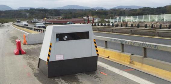 Le ministre de l'Intérieur, Bernard Cazeneuve a promis l'installation de 150 radars autonomes de ce type en 2016 (Illustration@radars-auto.com)