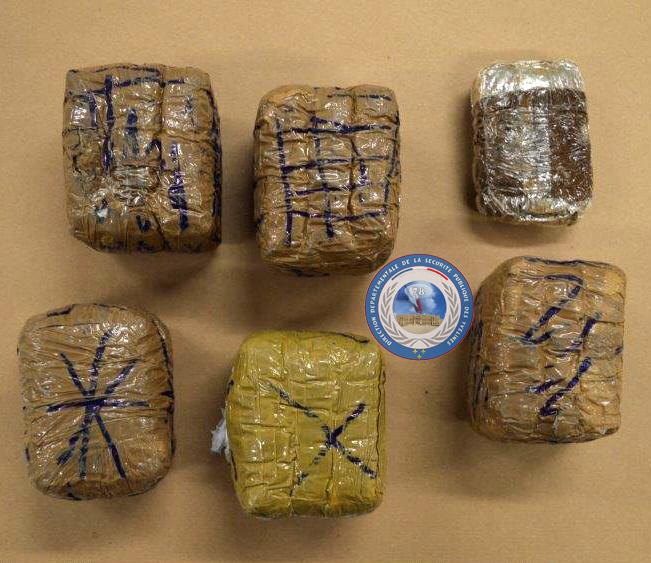 Les policiers ont découvert ces cinq blocs conditionnés de résine de cannabis dans la cave (Photo@DDSP78)