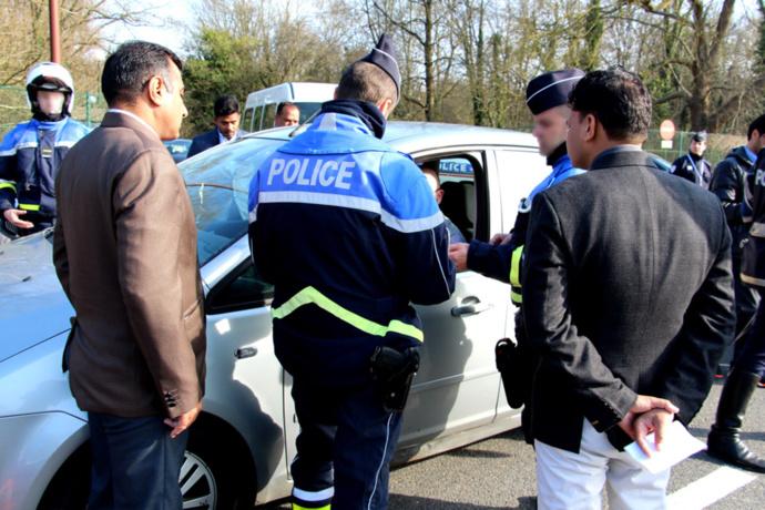 Policiers indiens et francais lors des contrôles hier sur la RN184 (Photo@DDSP78)