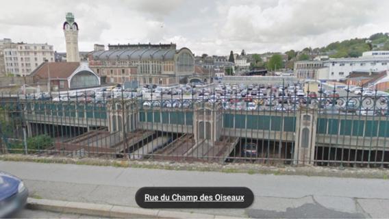 Le sac de voyage était accroché aux barreaux de la grille de protection rue du Champ des Ouseaux