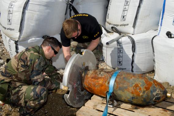 Les plongeurs-démineurs préparent la bombe avant da destruction en mer (Photo@Marine nationale)