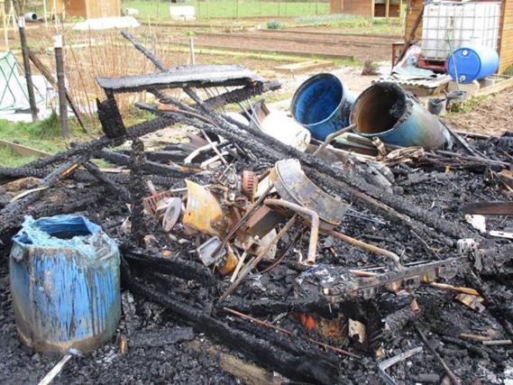 Des palettes en bois, un vieux matelas, des poubelles et l'aire de jeux ont été incendiés dans la même soirée (Photo@gendarmerie/Facebook)