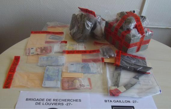 Des stupéfiants et de l'argent ont notamment été saisis lors des perquisitions (Photo@gendarmerie)