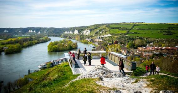 Le site de château Gaillard aux Andelys avec sa vue sur la vallée de la Seine reste un endroit très fréquenté des touristes (Photo@CD)