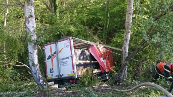Le camion a basculé par dessus la glissière de sécurité et à dévalé le ravin sur une dizaine de mètres avant de percuter un arbre (Photo@DR)