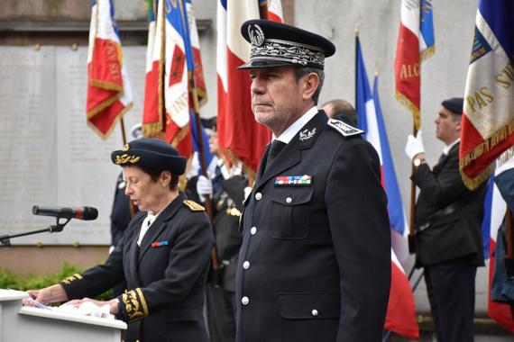 Nicole Klein, préfète de Normandie et de la Seine-Maritime et le contrôleur Trenec, directeur départemental de la sécurité publique de Seine-Maritime, ont rendu hommage aux policiers morts en service et honorés d'autres pour leur courage et dévouement (Photo@DDSP76)