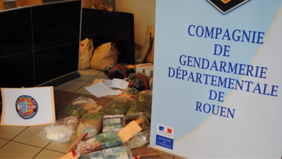 32 kg de résine de cannabis et d'héroïne ont été saisis. Ainsi que trois armes de poing et 110 000 euros en espèce (Photo@Gendarmerie)