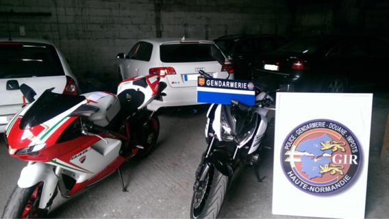 """Près de 110 000 euros en numéraire, 10 véhicules et 2 motos sont également saisis, """"ce qui représente un coup fatal porté à l'organisation du réseau"""", estime la gendarmerie."""