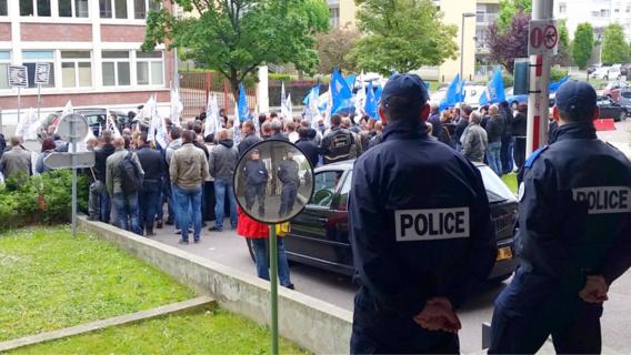 Une centaine de fonctionnaires se sont rassemblés devant l'hôtel de police, rue Bisout de Barneville à Rouen