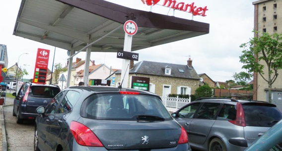 Depuis mardi, les stations-services sont prises d'assaut dans l'Eure (ici à Pacy-sur-Eure). Désormais, la quantité de carburant est limitée à 30 litres par véhicule dans le département (Photo@infonormandie)