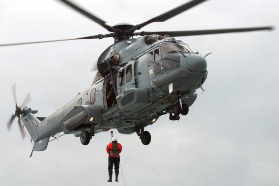 Le matin à été hétreuillé à bord de l'hélicoptère de la Marine pour être évacué vers l'hôpital de Cherbourg (illustration)