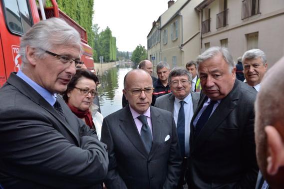 Le ministre ce midi à Rambouillet, ici en compagnie du maire de la ville Marc Robert, de Gérard Larcher et de Christine Boutin (Photo@BCazeneuve/Twitter)