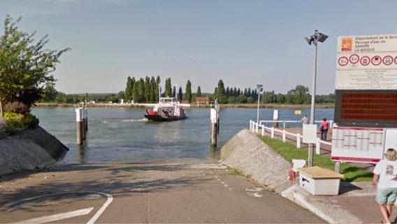 La conductrice s'est approchée de l'embarcadère, s'est arrêtée puis a brusquement redémarré. Son véhicule s'est enfoncé doucement dans les eaux de la Seine (Illustration)