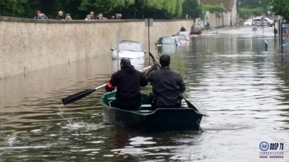 Les policiers se déplacent en barque à Rambouillet (Photo@DDSP78)