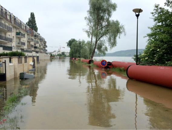 Cette image de quais inondés (à Vernon) par le débordement de la Seine devrait appartenir au passé dans quelques jours (Photo@infonormandie)