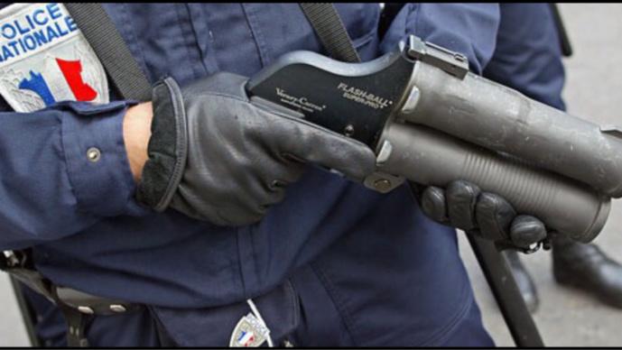 Les Mureaux : les forces de l'ordre font usage du flasball pour disperser les assaillants