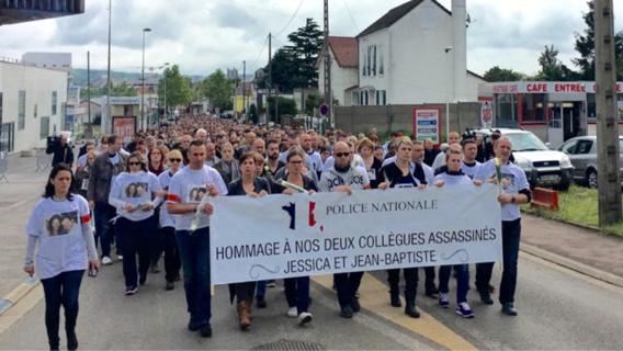 Quelque 2 500 personnes ont défilé en silence entre le commissariat de Mantes-la-Jolie et le pavillon du couple de policiers assassinés à Magnanville (Photo@Police nationale/Twitter)