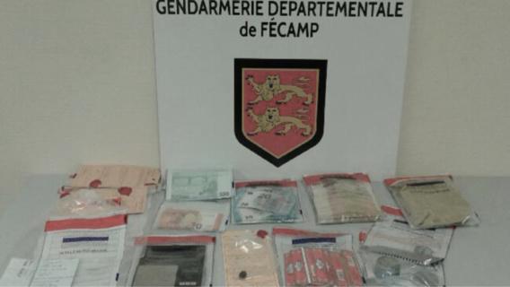 Près de 10 000€ en billets de banque ont été saisis lors des perquisitions (Photo@Gendarmerie)