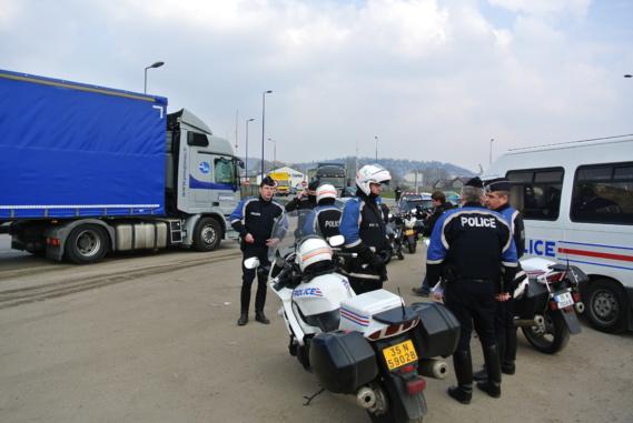 Des motards de la CRS de Darnétal ont assuré la sécurité de l'opération (Illustration@infoNormandie)