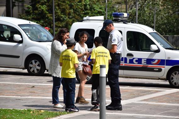 Les écoliers ont distribué 90 cartons jaunes en 1 heure à des piétons qui ne marchaient pas dans les clous ! (Photo@DDSP76)
