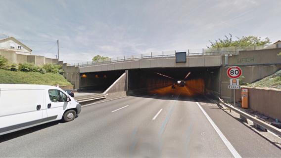 Deux barrières métalliques ont été jetées sur la chaussée depuis ce pont qui enjambe l'A13 à une extrémité du tunnel de Mantes-la-Ville (illustration)