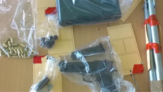 Les enquêteurs ont saisi le pistolet et ses munitions, Une matraque télescopique, une barre métallique et un spray lacrymogène (Photo@Gendarmerie)