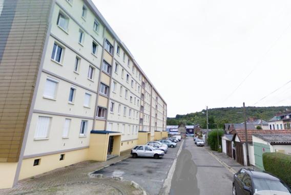 La victime, blessé gravement à la tête, a été découverte sur le trottoir près de  cet immeuble de la rue du Sergent Picard, àMaromme (@Google Maps)