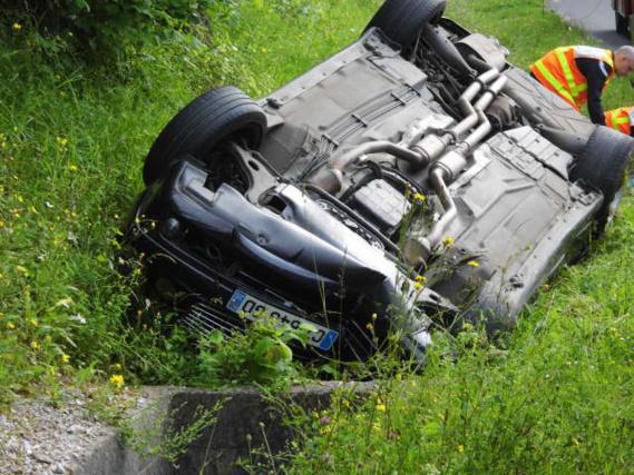 Le conducteur de cette Mercedes a perdu le contrôle de son véhicule dans la côte de Grainville, près de Fleury-sur-Andelle. Deux des cinq occupants ont été blessés grièvement