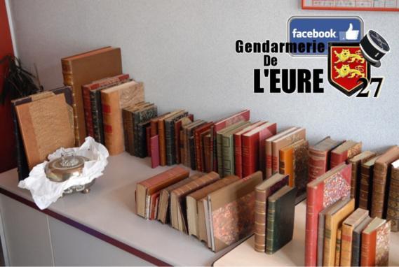 Les livres anciens et autres joyaux dérobés dans le château ont été récupérés par les gendarmes et restitués à leur légitime propriétaire (Photo@Gendarmerie/Facebook)