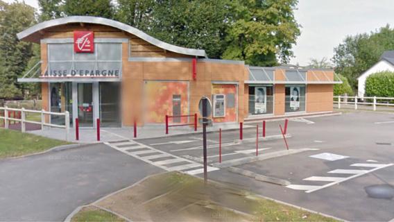 Les malfaiteurs ont arraché le distributeur à l'aide d'un engin et dégradé fortement la façade de la Causse d'Épargne (illustration@Google Maps)