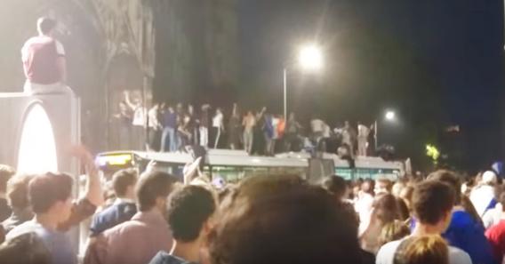 Une trentaine de supporters ont pris d'assaut un bus de la TCAR place de l'hôtel de ville (Capture d'écran@Youtube)