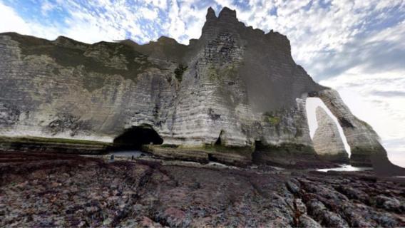 """Des promeneurs sont régulièrement surpris par la marée montante dans le légendaire """"trou à l'homme"""" d'Étretat (illustration@Google Maps)"""