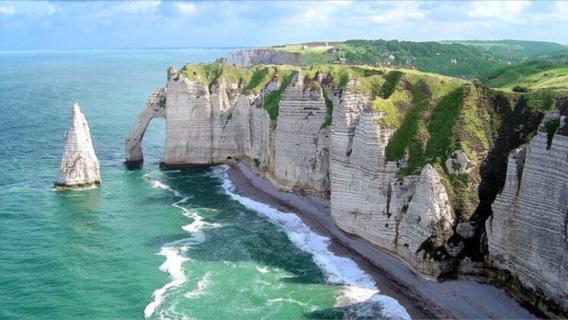 Étretat : des recherches sont en cours après la découverte suspecte d'un sac près des falaises